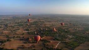 Раздувающ в рассвете над Bagan, Мьянма стоковые фотографии rf