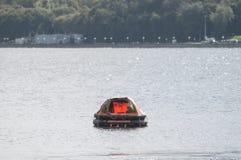 Раздувная спасательная шлюпка на море стоковое изображение rf