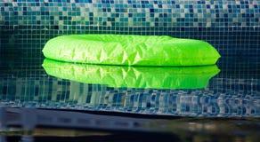 Раздувной воздушный шар на воде в бассейне Стоковые Изображения