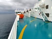 Раздувные спасательные плоты в трудно-обстреливаемых белых контейнерах стоковые изображения rf