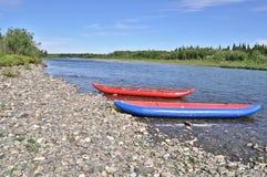 2 раздувных каное на береге северного реки Стоковое Изображение