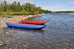 2 раздувных каное на береге северного реки Стоковая Фотография