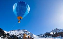 Раздуйте летание над горной цепью на ясном голубом небе Стоковое Изображение RF