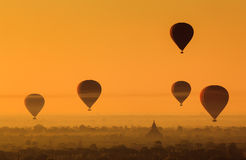 Раздуйте над равниной Bagan в туманном утре, Мьянмой Стоковые Фото