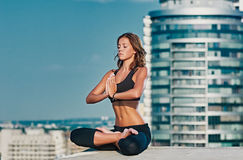 Раздумье йоги города Стоковые Фотографии RF