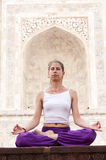 Раздумье йоги женщины практикуя на Тадж-Махале Стоковое фото RF