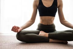 Раздумье йоги дома Ослабьте концепцию с непознаваемым духовным усаживанием молодой женщины Кавказская концентрируя модель Copyspa Стоковая Фотография