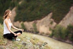Раздумье молодой женщины напольное Сидеть на горе Стоковое Фото