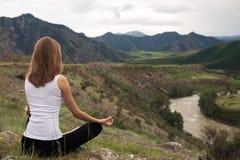 Раздумье молодой женщины напольное Сидеть на горе Стоковая Фотография RF