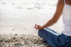 Раздумье молодой женщины на пляже Стоковое фото RF