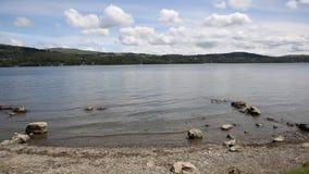Район Англия Великобритания озера Windermere с ЛОТКОМ гор сток-видео