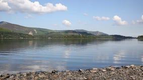 Район Великобритания озера вод Derwent к югу от ЛОТКА летнего дня голубого неба Keswick красивого спокойного солнечного сток-видео
