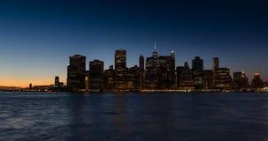 Район и Ист-Ривер Нью-Йорка финансовые с проходить шлюпки на сумерк сток-видео