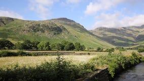 Район озера долин Langdale реки Бек Mickleden старым подземельем Ghyll озера Cumbria Англия Великобритания Великобритания PA мест акции видеоматериалы