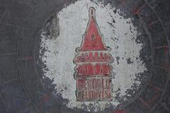 Район BeyoÄŸlu Belediyesi символа Стамбула высек на кубической улице камней Стоковое Изображение RF