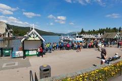Район Bowness озера отдыхающих и посетителей туристов английский на Windermere Cumbria Англии Великобритании стоковое фото