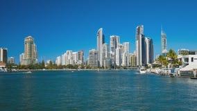 Рай Австралия серферов Gold Coast - дома и небоскребы сток-видео
