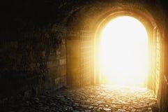 рай двери к Сдобренный проход открытый к небу ` s рая Свет на конце тоннеля Свет на конце тоннеля Стоковое Фото