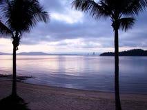 Рай для пар - романтичный вечер на пляже в тропическом экзотическом острове стоковое фото rf