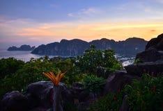 Рай острова PhiPhi захода солнца стоковое фото rf