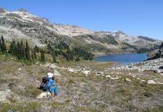 рай hiker естественный делая видеосъемку Стоковое Изображение RF