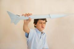 Ракета бумаги летания мальчика Стоковое Изображение