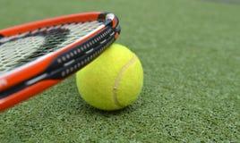 Ракетка и шарик тенниса стоковые фотографии rf