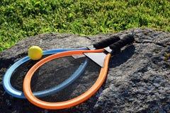 Ракетка тенниса игрушки установленная на камень стоковое фото rf