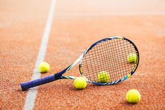 Ракетка тенниса с много шариков на суде глины Стоковые Изображения RF