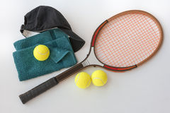 Ракетка тенниса с шариками крышкой и полотенцем стоковые фото
