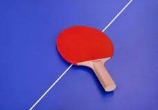 Ракетка для настольного тенниса на таблице Стоковое Фото