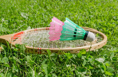 Ракетки бадминтона и shuttlecocks на траве Стоковое Изображение RF