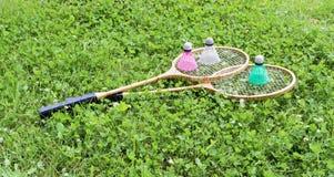 Ракетки бадминтона и shuttlecocks на траве Стоковая Фотография