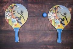 Ракетки для настольного тенниса и голубого шарика стоковое изображение