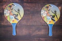 Ракетки для настольного тенниса и голубого шарика стоковое изображение rf