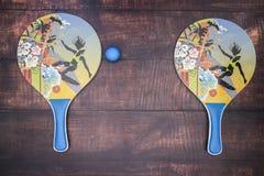 Ракетки для настольного тенниса и голубого шарика стоковая фотография