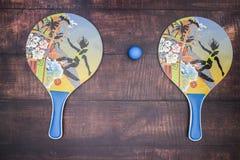 Ракетки для настольного тенниса и голубого шарика стоковые фото