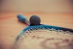 ракетки и шарики сквоша на суде стоковое изображение