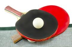 2 ракетки настольного тенниса и изолированная сеть Стоковые Фотографии RF