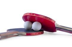 2 ракетки настольного тенниса и изолированный шарик Стоковое Фото