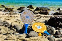 Ракетки на пляже, концепции лета стоковое изображение rf