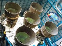 Ракетные двигатели Сатурна v показанные в центре Аполлона Сатурна v стоковые фото