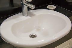 Раковина ванной комнаты стиля таза мытья современная Стоковая Фотография RF