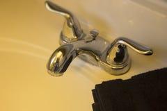 Раковина ванной комнаты для домашней концепции и общие назначения мочат приспособление в гостинице Стоковое Изображение