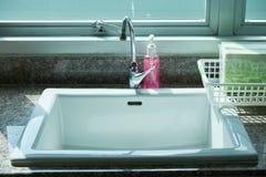 Раковина для бумаги handwashand в медицинской клинике Стоковое Изображение