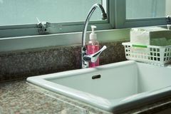 Раковина для мытья и бумаги руки в клинике Стоковые Фотографии RF
