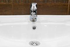 Раковина, и сияющий faucet Стоковое фото RF