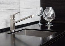 Раковина кухни с краном металла Стоковое Изображение