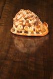 Раковина на старом деревянном столе. Внутри помещения Стоковое Изображение