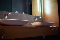 Раковины ванной комнаты, белые пальто Стоковые Изображения RF